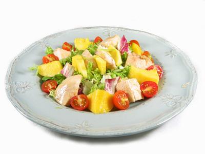 Салат из индейки с манго и кокосом
